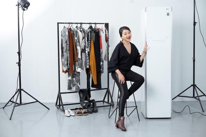 Bảo bốichăm sóc quần áo thông minh giúp việc chuẩn bị trang phục của Hà Đỗ nhẹ nhàng hơn.