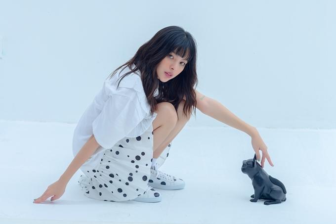 Áo phông trắng là trang phục phù hợp bạn gái yêu thích sự thoải mái, năng động.