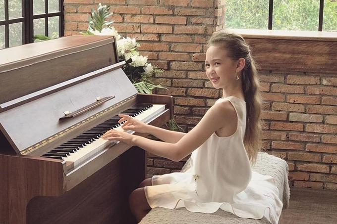 Cô bé còn có sở thích đàn, vẽ và nhảy múa.
