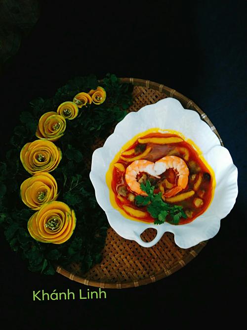Vì đã quen tay nên chị Linh không mất nhiều thời gian để nấu nướng và bày biện các món ăn. Ngoài ra, khi sử dụng thực phẩm nào để nấu, chị cũng dùng chúng làm nguyên liệu trang trí luôn. Chẳng hạn như món bánh canh bí đỏ được trang trí với khóm hoa hồng tỉa từ phần thịt bí.