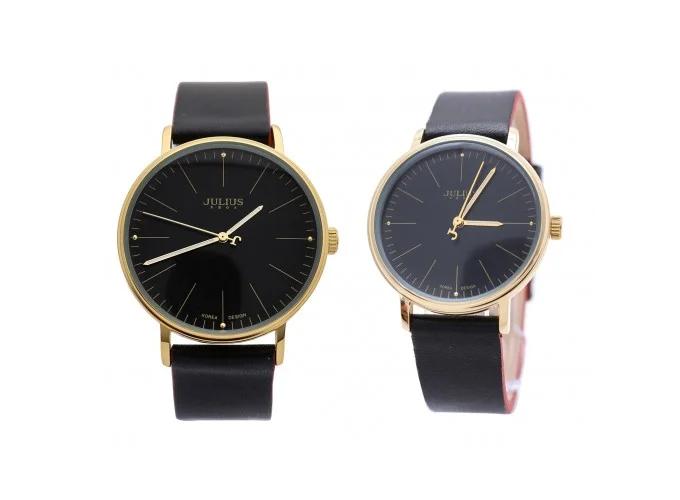 Cặp đồng hồ JA-814 JU1005 dây da đen cổ điển, mặt tròn thời trang, phù hợp cho nam/ nữ sinh viên, nhân viên văn phòng hoặc doanh nhân. Dây đồng hồ nam dài 24cm, rộng 2cm; dây đồng hồ nữ dài 22,5cm, rộng 1,6cm. Sản phẩm được bán giá ưu đãi 984.000 đồng thay vì 1,884 triệu đồng.