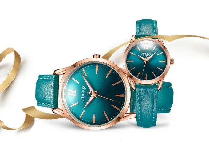 Với thiết kế xanh ngọc lạ mắt đồng nhất từ dây đến mặt đồng hồ, mẫu ja-983 dây da từ thương hiệu Juliuslà một trong những mẫu đồng hồ cặp bán chạy trên Shop VnExpress, phù hợp cho các cặp đôi ưa chuộng phong cách thời trang trẻ trung. Giá sản phẩm 1,232 triệu đồng (giá đã giảm so với giá gốc 1,679 triệu đồng).  Julius là thương hiệu được thành lập tại Seoul, Hàn Quốc vào năm 2001. Thương hiệu nổi tiếng bởi các mẫu đồng hồ sang trọng, kiểu dáng thời trang, mặt số và màu sắc đa dạng. Hiện đồng hồ Julius đã có mặt trên 20 nước trên thế giới như America, Canada, Mexico, Iran, Vietnam, India...