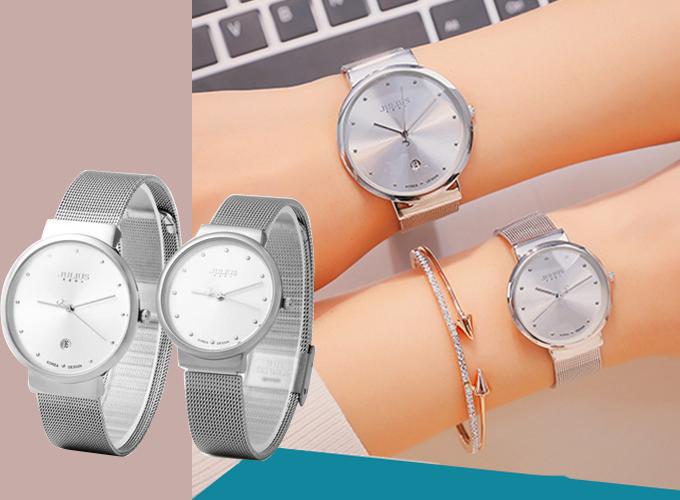 Đồng hồ cặp JA426 dây thép bạc mặt trắng thiết kế đơn giản, mặt kính số chấm sang trọng, giá 1,179 triệu đồng. Dây từ thép không gỉ, có thể điều chỉnh kích thước để phù hợp tay đeo mỗi người.
