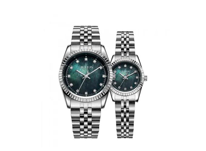 Đồng hồ đôi JA-1069B dây thép bạc, kiểu dáng cổ điển, măt kính xanh bí ẩn. Giá bán ưu đãi 1,808 triệu đồng (giá khi chưa giảm 2,469 triệu đồng).