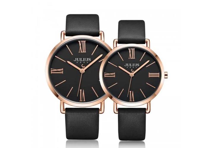 Đồng hồ Julius ja-1107e dây da đen, mặt kính khoáng cao cấp trong suốt, độ cứng cao, số la mã sang trọng. Đồng hồ nam dài 23cm, rộng 1,8cm; đồng hồ nữ dài 21cm, rộng 1,4cm. Giá cả cặp trên Shop VnExpress là 1,478 triệu đồng (giá gốc 2,478 triệu đồng).