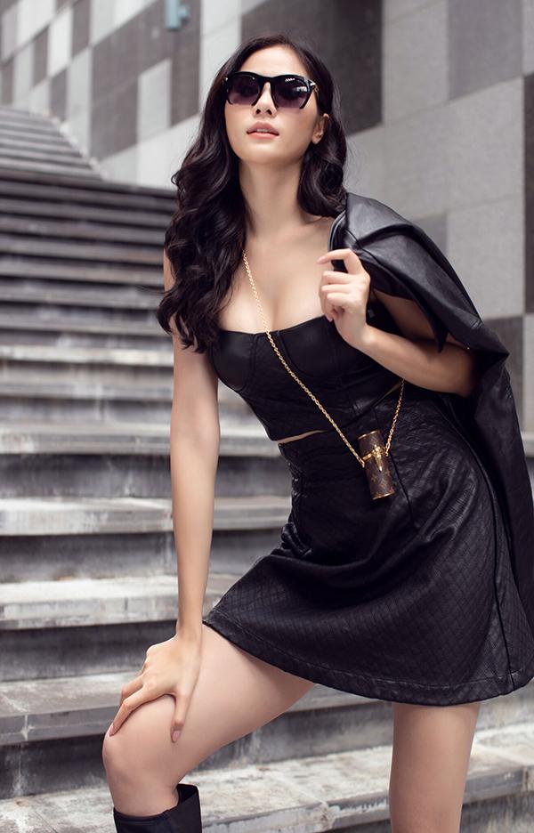Chiếc túi đựng son môi của Louis Vuitton trở thành điểm nhấn cho set đồ. Đây là phụ kiện thời trang đang gây sốt, được nhiều fashionista cả trong và ngoài nước yêu thích.