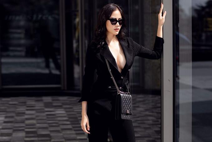 Trong bộ ảnh mới thực hiện, cô khoe vòng một đầy đặn với mốt không nội y. Người đẹp kết hợp suit hai hàng cúc tối màu với túi xách Chanel hình hộp chữ nhật kính Elizabeth & James cùng tôngđể hoàn thiện phong cách.