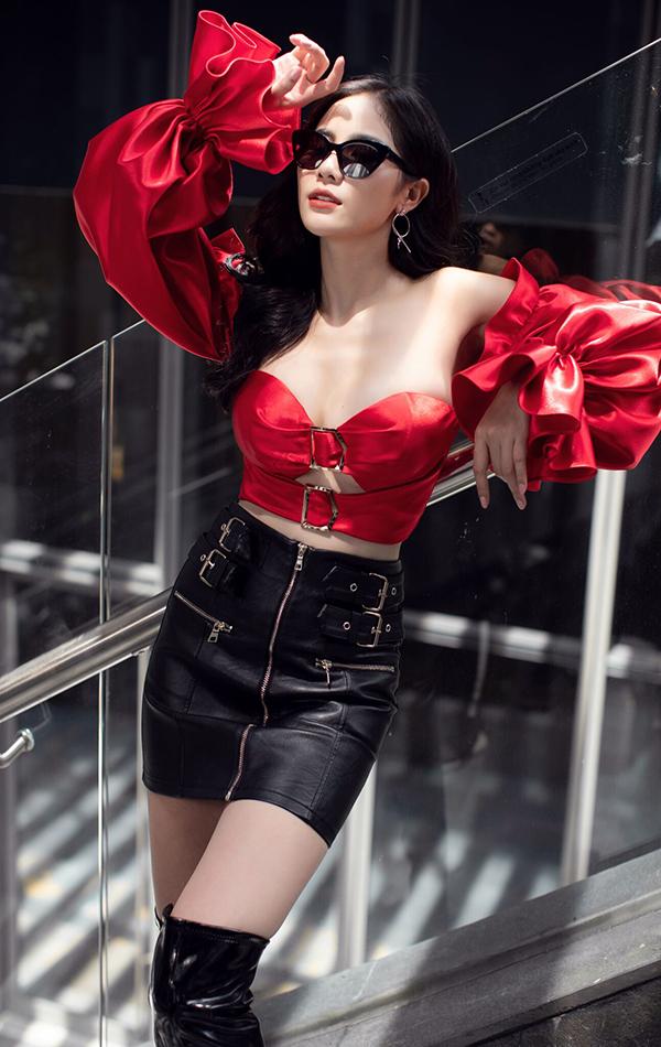 Áo crotop cắt khoét màu đỏ giúp người đẹp khoe được vòng một gợi cảm. Côkết hợp với chân váy da màu sắc ấn tượng để set đồ thêm nổi bật.