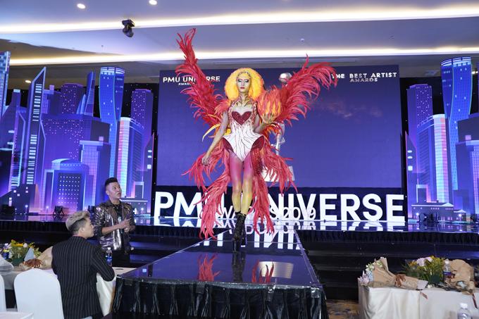 Thí sinh Nguyễn Duy Phát mang đến tạo hình Thủ lĩnh thần mặt trời qua phần make-up kết tạo body panting với nhiều kỹ thuật mới.