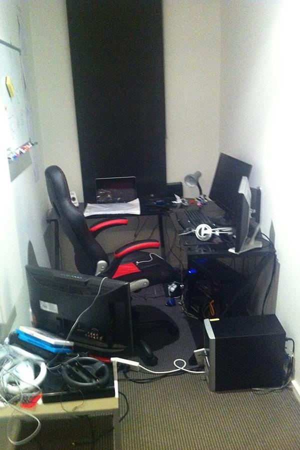 Văn phòng làm việc đầu tiên của Studiohawk chỉ rộng vài mét vuông. Ảnh: Mirror.