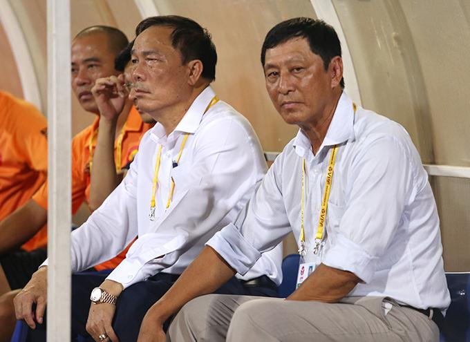 HLV Vũ Quang Bảo (phải) ngồi cạnh bầu Đệ trong trận đấu với Hà Nội hôm 11/8. Ảnh: Đương Phạm.