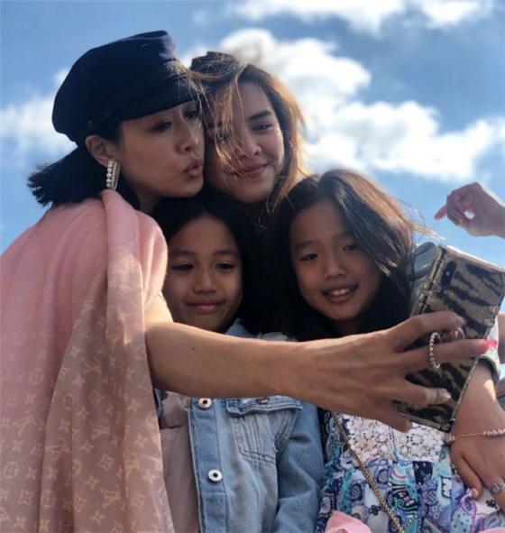 Chung Lệ Đề và ba cô con gái.