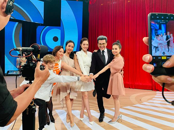 Dương Cẩm Lynh hội ngộ ca sĩ Cẩm Ly, Văn Mai Hương, Thanh Duy và MC Thanh Bạch, Ốc Thanh Vân trong một chương trình.