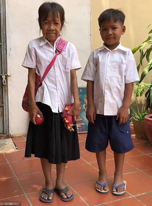 Bo Rakching đứng cạnh anh trai Chea, 11 tuổi, nhưng đã cao hơn anh. Ảnh: Viral Press.