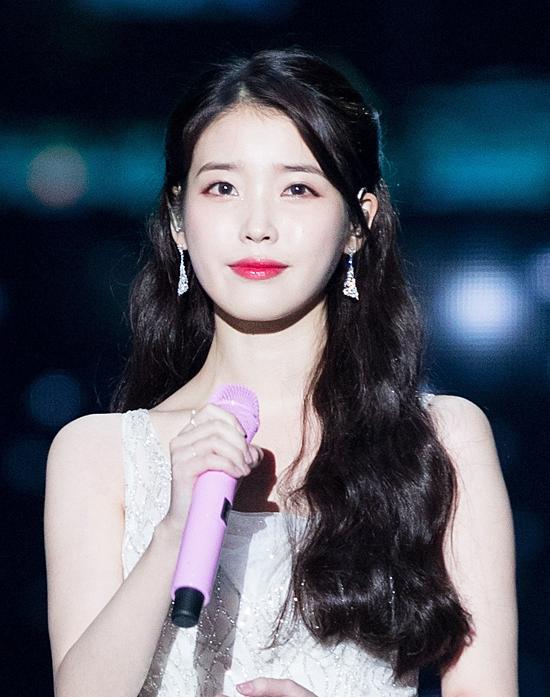 Em gái quốc dân IU tên thật là Lee Ji Eun là ca sĩ, diễn viên đa tàicủa Hàn Quốc. Người đẹp chiếm 22,5% tổng số phiếu bình chọn từ khán giả.Cô bước chân vào Cbiz từ tháng 8/2008 nhưng chưa được nhiều người chú ý. Một năm sau, nữ ca sĩ ra mắt album đầu tay và ngay lập tức gây sốt giới trẻ với ca khúc chủ để Boo. Không chỉ sở hữu giọng hát trời phú, IU còn có khả năng sáng tác nhạc. Nhiều ca khúc nổi tiếng như Hold my hand, Heart, High4... đều do chính cô nàng chấp bút. Năm 2011, mỹ nhân lấn sân sang lĩnh vực phim ảnh qua bộphim truyền hình nổi tiếng Dream High và nhận được nhiều lời khen ngợi của giới phê bình. Sau đó, IU cũng góp mặt trong nhiều tác phẩm nổi tiếng như Người tình ánh trăng, Tuyệt sắc nam nhân... Với số tiền kiệm được từ việc các sản phẩm âm nhạc và dự án phim ảnh, nữ diễn viên trẻ được cho là sở hữu khối tài sản không hè kém cạnh những sao hạng A khác.