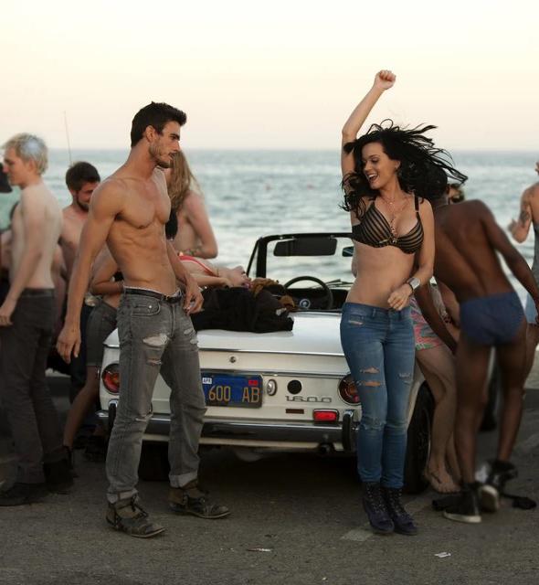 Josh Kloss và Katy Perry trong MV  Teenage Dream.
