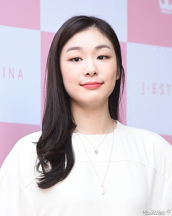 Xếp ở vị trí số 2 là Nữ hoàng trượt băng nghệ thuật Kim Yuna với 21,1% tổng số phiếu bình chọn. Từ khi 7 tuổi, cô đã bắt đầu trượt băng và tham gia nhiều cuộc thi tranh tài cho các thiếu niên. Trong sự nghiệp thể thao, mỹ nhân không ngừng đem lại niềm tự hào cho Hàn Quốc khi nhiều lần nhận các giải thưởng danh giá tầm cỡ quốc tế như  vô địch đơn nữ tại Olympic Mùa đông năm 2010, ba lần chiến thắng tại Grand Prix Final (năm 2006, 2007 , 2009). Năm 2009 và 2010 cô được tạp chí Forbes bình chọn là một trong nhưngngười nổi tiếng ảnh hưởng nhất Hàn Quốc. Không chỉ nhận được khoản tiền lớn sau mỗi cuộc thi, Yuna còn kiếm bộn tiền từ các thương hiệu mà cô nhận lời quảng cáo, làm gương mặt đại diện. Năm 2014, nữ vận động viên bất ngờ tuyên bố giải nghệ khiến nhiều người tiếc nuối. Hiện tại, cô tập trung vào việc kinh doanh và đôi khi tham gia sự kiện của những nhãn hàng mà người đẹp làm đại diện.