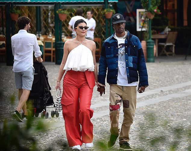 Đến buổi chiều, Kylie Jenner được bạn trai hộ tống đi mua đồ riêng.
