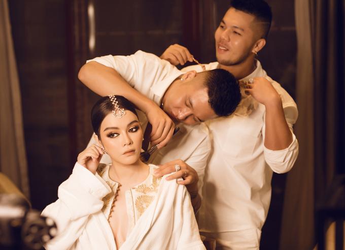 Lý Nhã Kỳ được chuyên gia trang điểm Quân Nguyễn và tạo mẫu tóc Pu Lêchăm chút dung nhan kỹ lưỡng trước khi dự tiệc sinh nhật tỷ phú Nitin Shah.