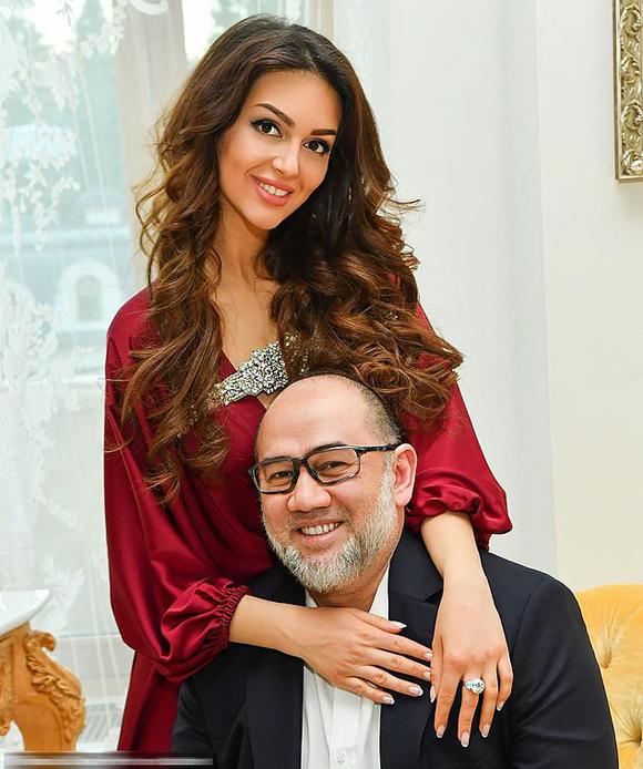 Cựu vương Malaysia và người đẹp Nga Oksana trong thời gian còn chung sống. Ảnh: East2west.