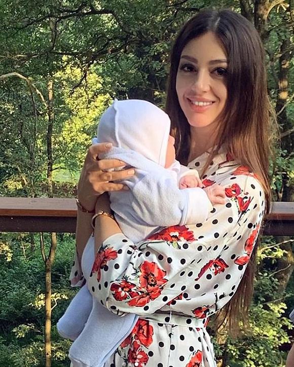 Oksana chăm sóc con trai Leon ở ngôi nhà thuộc vùng nông thôn Moskva, Nga. Ảnh: Instagram.