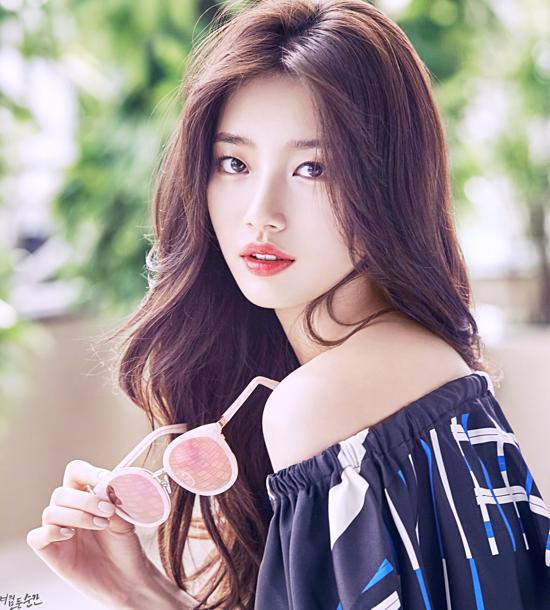 Suzy sinh năm 1994 và được nhiều người biết đến với biệt danh Tình đầu quốc dân. Người đẹp nhận được 9,9% tổng số phiếu bình chọn từ khán giả. Năm 2010, cô ra mắt với tư cách là thành viên của nhóm nhạc Miss A. Vẻ đẹp tự nhiên và giọng hát ngọt ngào của Suzy giúp cô nhanh chóng nhận được sự yêu mến của khán giả. Cô cũngtừng đảm nhiệm vai trò MC của nhiều chương trình ca nhạc và lễ trao giải lớnnhư MBC Show, Mnet 20s Choice Awards. Không chỉ thành công trong lĩnh vực ca hát, MC, Suzy cũng khiến nhiều người phát cuồng vì khả năngdiễn xuất tự nhiên không thua kém diễn viên chuyên nghiệp. Hiện tại, tình đầu quốc dân tập trung ghi hình cho bộ phim Vagabond dự kiến lên sóng vào tháng 9 sắp tới.