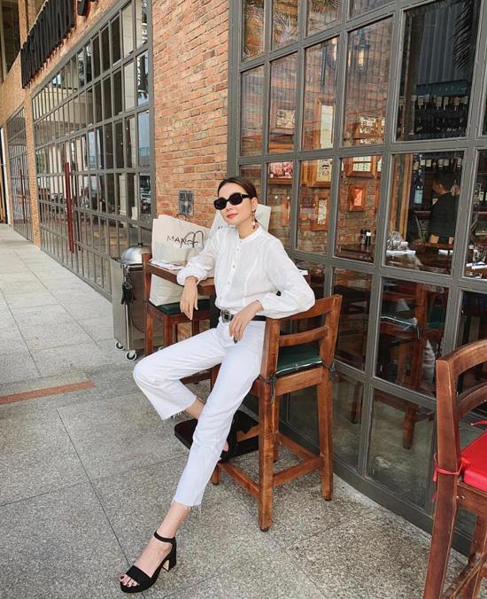 Trang phục trắng được Phạm Thanh Hằng sử dụng để mang lại nét trẻ trung, hiện đại cho phong cách thời trang dạo phố của mình.