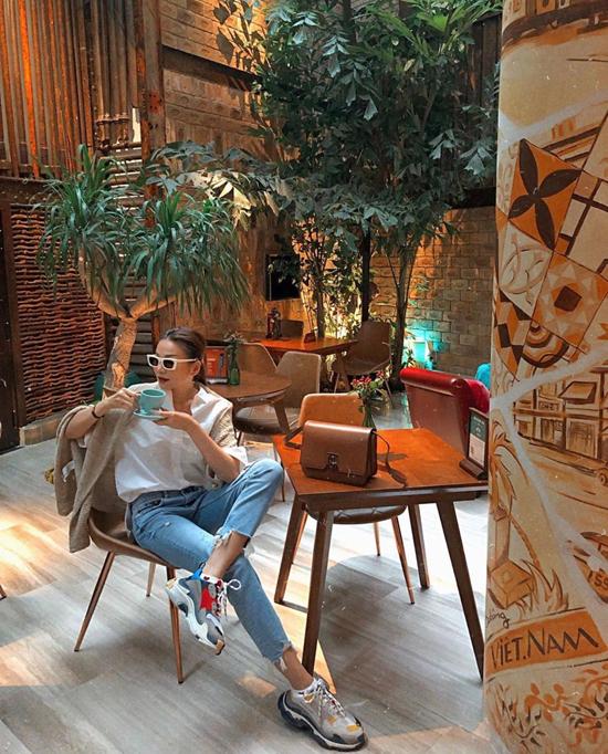 Áo thun, sơ mi kiểu dáng basic cũng được Thanh Hằng hay mặc cùng các kiểu quần jeans xanh cổ điển. Siêu mẫu gia cố cho set đồ bằng các kiểu giày sneaker đế khủng và những mẫu túi hiệu sang chảnh.