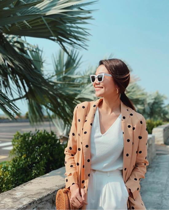 Áo khoác chấm bi mang hơi hướng retro được diễn viên Mẹ chồng chọn làm điểm nhấn khi diện nguyên set đồ trắng.