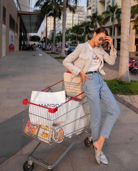 Trang phục áo thun, quần jeans sẽ trở nên bắt mắt hơn khi được phối cùng các kiểu áo blazer, áo khoác lửng hợp mốt.