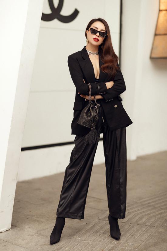 Trong loạt ảnh thời trang dạo phố vừa thực hiện, Trà Ngọc Hằng chọn các xu hướng mới nhất để chứng tỏsự sành điệu.