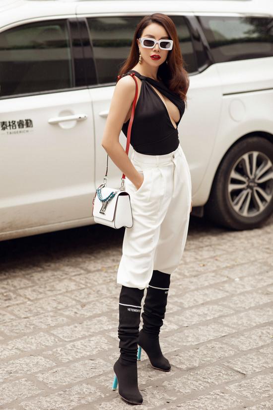 Những mẫu áo cut-out tôn vẻ đẹp sexy được Trà Ngọc Hằng chọn lựa để tạo điểm nhấn cho phong cách street style.