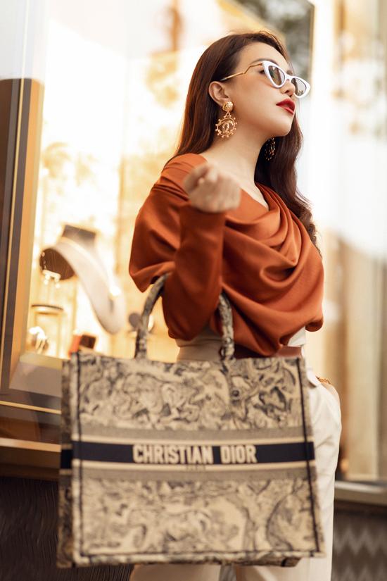 Bên cạnh mẫu túi được phái đẹp săn lùng ở mùa mốt 2019, Trà Ngọc Hằng còn chọn thêm các kiểu kính, hoa tai hot trend để hoàn thiện set đồ.