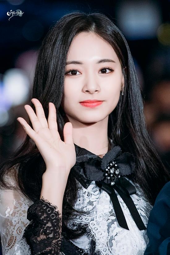 Tzuyu là thành viên của nhóm nhạc nữ Hàn Quốc nổi tiếng TWICE. Cô là một trong những Idol ngoại quốc sở hữu lượng fan khủng tại xứ sở kim chi nhờ nhan sắc xinh đẹp tự nhiên.