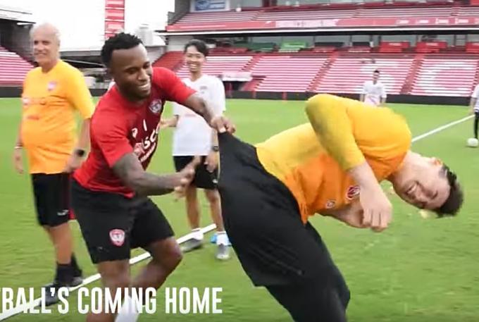 Heberty đập cho trứng vỡ ngay trong quần của thủ môn Việt Nam.