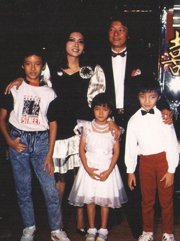 Cuộc hôn nhân đầu tiên của Họa Mi và nghệ sĩ Lê Tấn Quốc cũng trải qua nhiều gian truân. Lấy nhau trong cảnh nghèo khó vào năm 1976, họ có cuộc sống chật vật, nuôi nấng ba con nhỏ. Bi kịch ập đến khi chồng cũ mắc chứng thoái hóa võng mạc, Họa Mi vừa lao động nuôi con vừa bôn ba tìm cách chữa trị cho chồng. Năm 1988, Họa Mi được mời sang Pháp trình diễn và quyết tâm tìm cách đưa gia đình sang cùng với mục đích chữa bệnh cho chồng. Trong ảnh là lúc Họa Mi và chồng con đoàn tụ tại Pháp. Tuy nhiên, bác sĩ thông báo căn bệnh của nghệ sĩ Tấn Quốc không thể chữa trị. Không muốn vợ con thêm khổ, nam nghệ sĩ trở về quê nhà và chấp nhận chia tay Họa Mi trong êm ấm. Sau đó, Họa Mi quen và nên duyên cùng ông xã hiện tại.