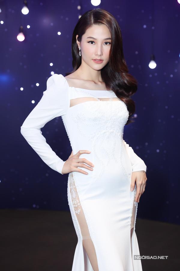 Trang phục có những khoảng hở vừa phải giúp nữ diễn viên thu hút sự chú ý của mọi người nhưng không lo bị hớ hênh.