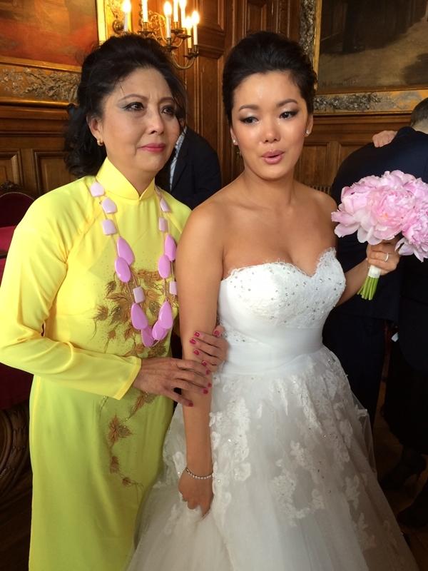 Họa Mi diện áo dài trong ngày cưới của con gái. Công việc ở Pháp của các cháu rất bận nên khi nghỉ hè các cháu thường chia ra để đến thăm mẹ. Giờ các cháu đều lớn và có cuộc sống riêng, tôi không phải lo lắng nhiều nữa, nữ danh ca chia sẻ.