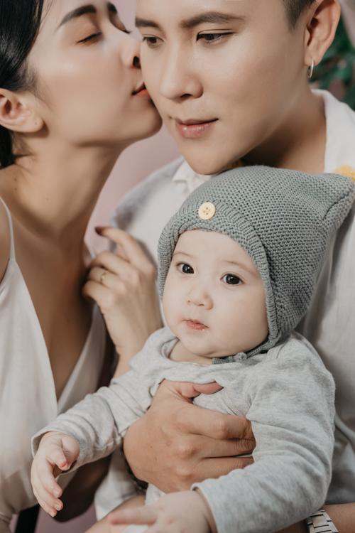 Em bé Bối Gia được nhiều người nhận xét giống bố như tạc.