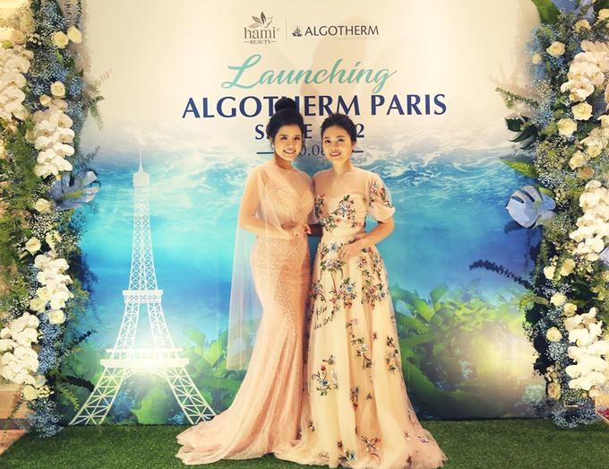 MC Hải Vân của Chuyển động 24h (trái) khoe sắc trong bộ váy màu pastel cùng phong cách trang điểm tự nhiên. Cô chụp ảnh cùng đại diệnAlgotherm tại Việt Nam - bà Nguyễn Thị Bích Hằng.