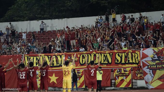U18 Việt Nam hát quốc ca cùng CĐV sau trận hòa Thái Lan