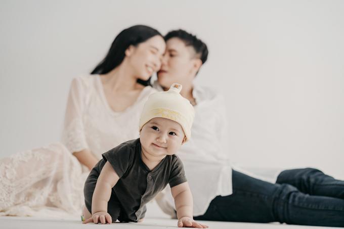 Cuộc sống gia đình có lúc vui, lúc buồn nhưng khi cảm thấy mỏi mệt, chúng tôi chỉ cần nhìn con là mọi buồn phiền, lo toan đều trôi đi hết. Tôi luôn cảm thấy may mắn vì có GB, Phương Anh tâm sự.