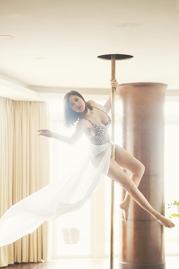 Trong bộ ảnh thực hiện khi mang thai ở tháng thứ tư, Phương Mai vẫn thoải mái tập múa cột, môn thể thao mà cô yêu thích nhiều năm nay.