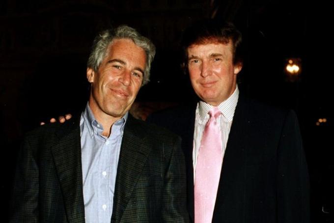 Tỷ phú Jeffrey Epstein và tổng thống Mỹ đương nhiệm Donald Trump chụp ảnh cùng nhautại khu bất động sản Mar-a-Lago, Palm Beach, Florida năm1997. Ảnh: BI.