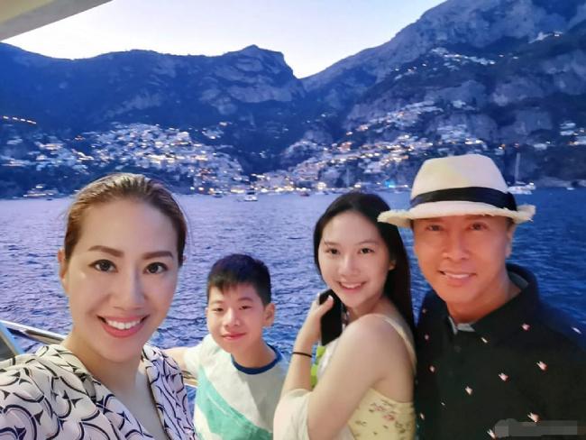 Gia đình đẹp như hoa của ngôi sao 56 tuổi Chân Tử Đan.