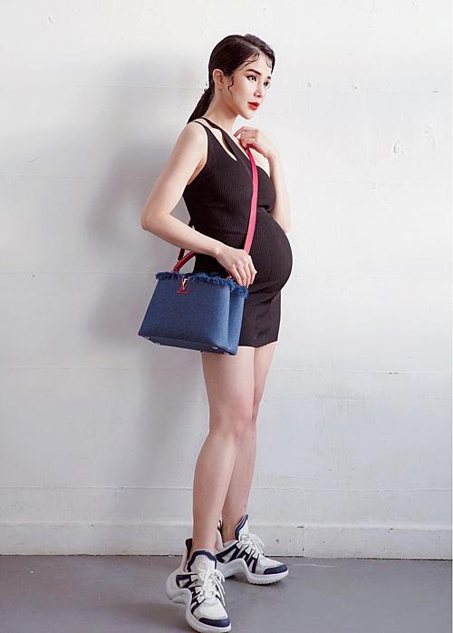 Diệp Lâm Anh tự tin khoe vóc dáng khi bầu bíở tuần 26. Tăng cân ít khi mang thai lần hai nên nữ diễn viên không có nhiều thay đổi về ngoại hình.