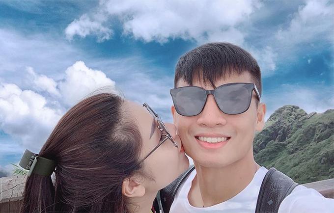 Khánh Linh hôn má Bùi Tiến Dũng trong kỳ nghỉ ở Sapa. Ảnh: KL.