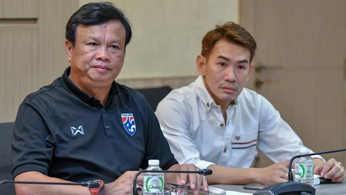 HLV Sirisak (trái) và HLV Anurak sẽ làm trợ lý cho ông Nishino ở 2 trận gặp Việt Nam, Indonesia. Ảnh: Siam Sports.