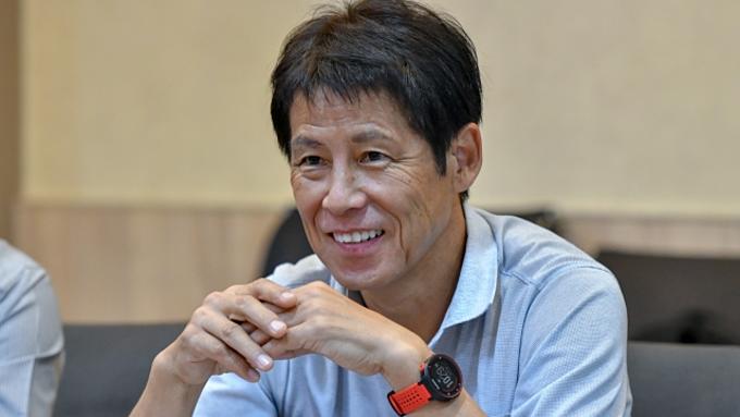 Ông Akira Nishino chạy đua với thời gian trước trận đấu lớn. Ảnh: Siam Sports.