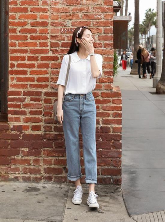 Giầy sneaker vải, kiểu dáng đơn giản, dễ phối cùng jeans và quần âu để tôn nét năng động.